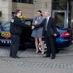 Taxi-Holl-Service-am-Kunden.jpg
